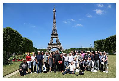 """Die Teilnehmer des Freundeskreises """"Auf Ströhers Spuren"""" 2017 in Paris vor dem Eiffelturm"""
