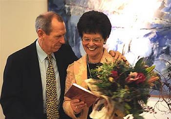 Elke Heinemann erhält das erste druckfrische Exemplar ihres bemerkenswerten Buches. Foto: Werner Dupuis