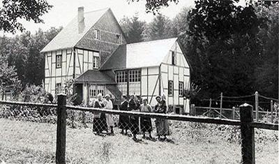 Charlotte Ströher mit ihrer Berliner Verwandtschaft vor dem Atelierhaus, einige Monate nach dem Tod des Malers, 1925/1926
